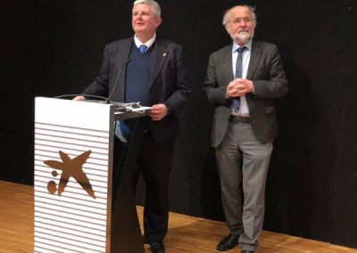 Dr. José Ramón calvo y Dr. Erwin Neher en la conferencia en CosmoCaixa