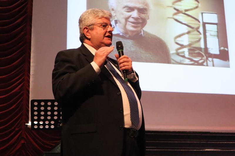 """El Dr. José Ramón Calvo en su ponencia """"El niño de la calle que llegó apremio Nobel"""""""