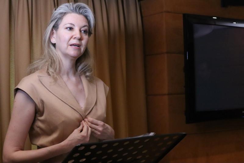 """La Dra. María Asunción Peiré en su ponencia """"Justificación ética y científica de los ensayos en pediatría"""""""
