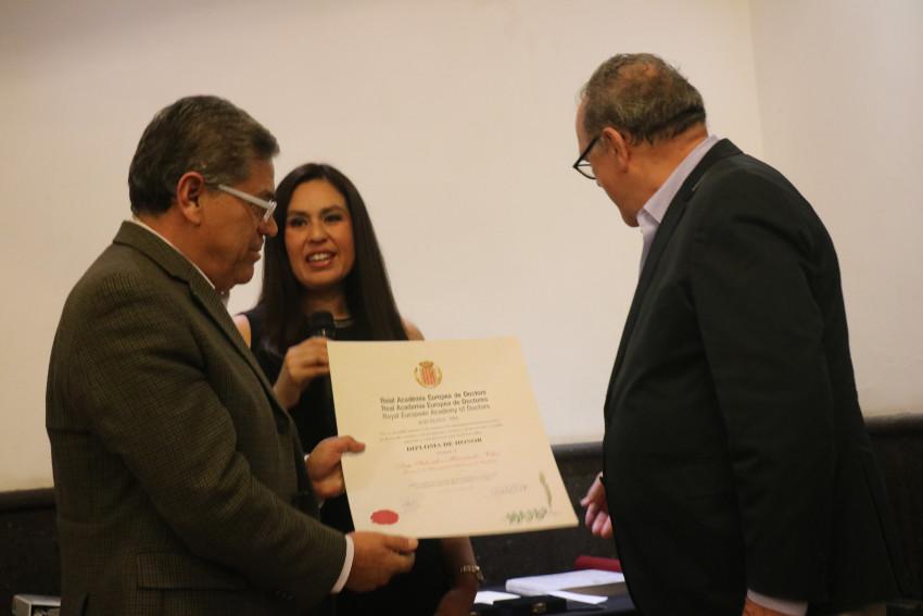 Diploma honor de la RAED. Ing Salvador Hernández Vélez, Rector UAC Univ. Autonoma Coahuila