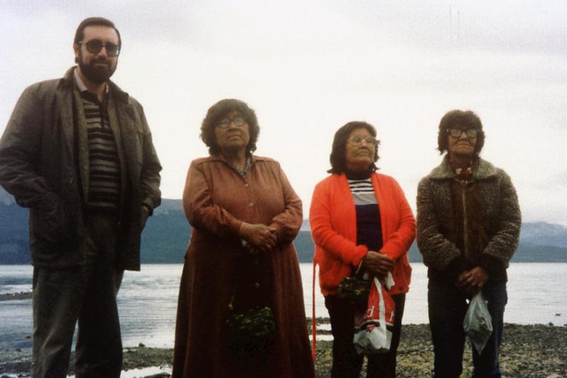 Últimas fueguinas. Ermelinda Acuña y las hermanas Úrsula y Cristina Calderón, con Daniel Turbón