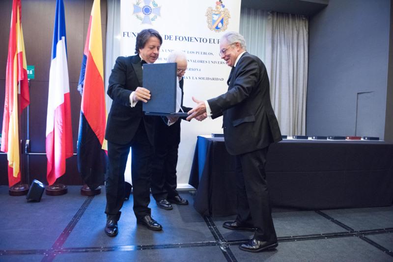 Placa de honor AEFE a Pedro Claros Blanch