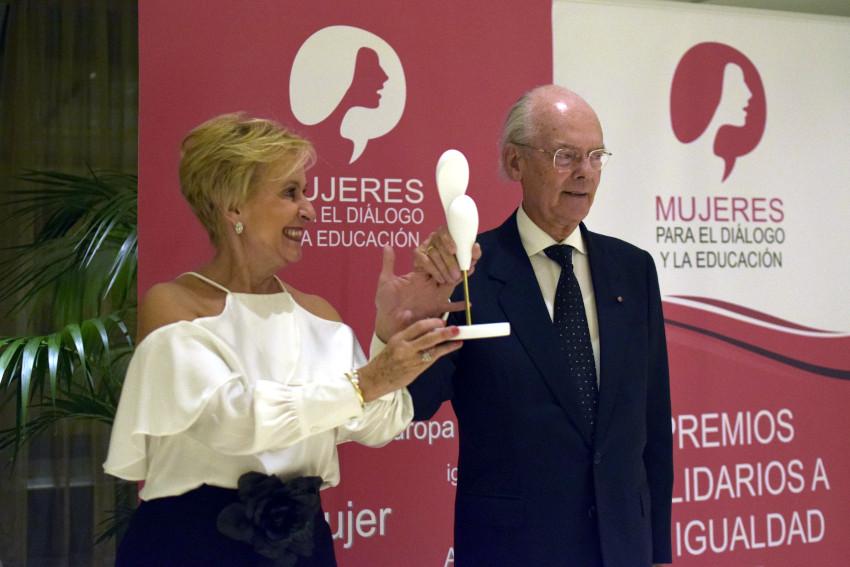 Carmen Quintanilla hace entrega del Premio al Dr. Ignacio Buqueras y Bach