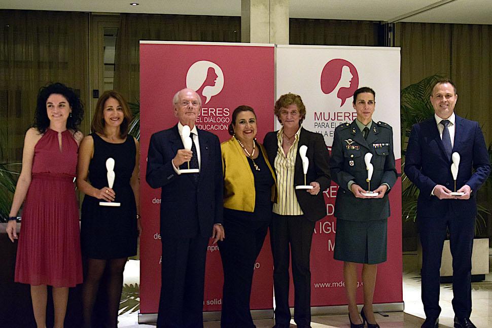 Los premiados con Giovanna de Calderón, Presidenta de Mujeres para el Dialogo y la Educación