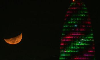 La luna y la Torre Glòries